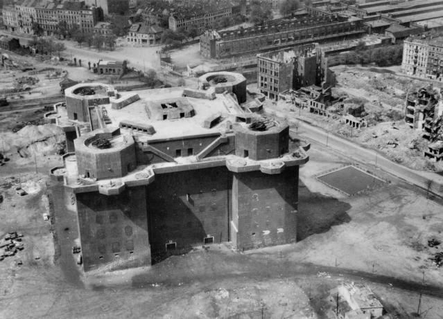 Flakturm_IV_Hamburg_aerial_photo_1945.jpg