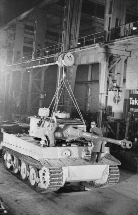 Bundesarchiv_Bild_101I-635-3965-05,_Panzerfabrik_in_Deutschland.jpg