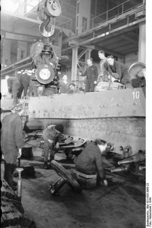 Bundesarchiv_Bild_101I-635-3965-23,_Panzerfabrik_in_Deutschland.jpg