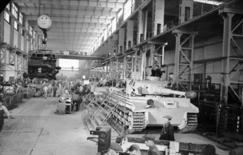 Bundesarchiv_Bild_101I-635-3965-21,_Panzerfabrik_in_Deutschland.jpg