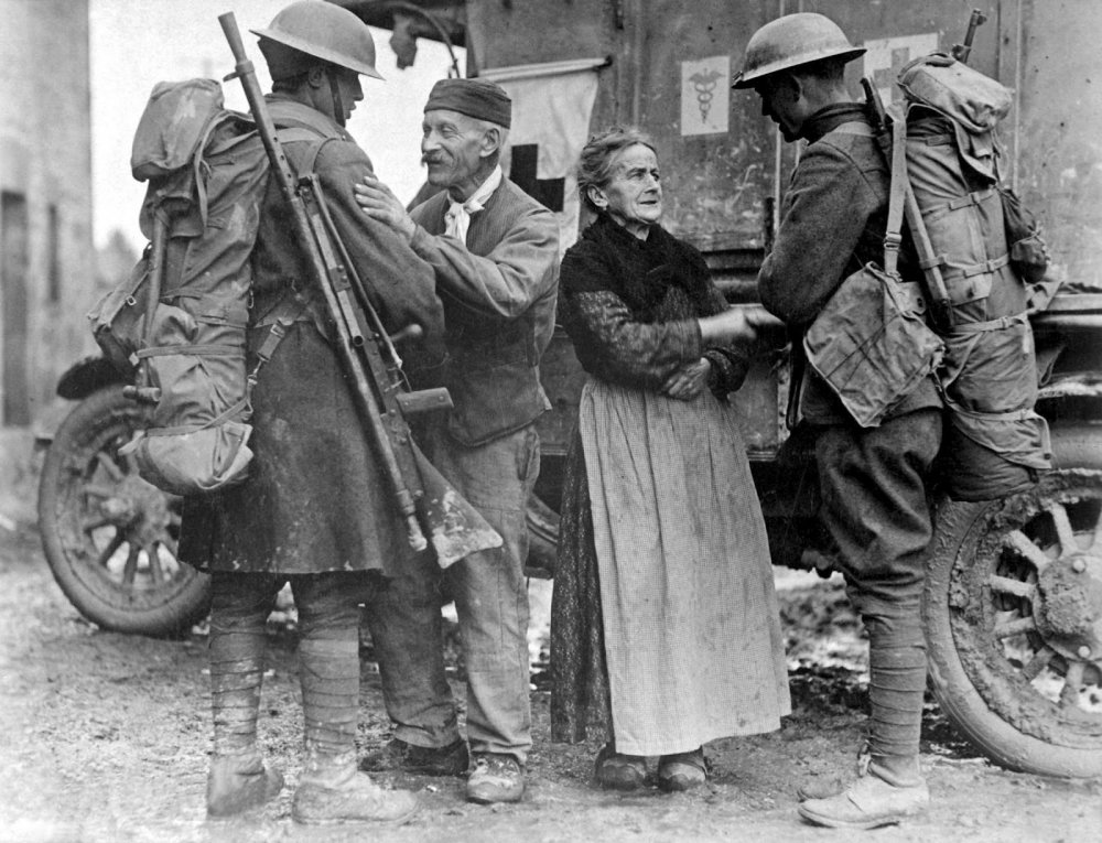 French couple in Brieulles-sur-Bar welcoming British soldiers.jpg