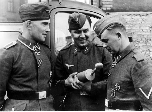 Erich Heintze (left) and senior Arnold Hubner (right), honored with knights' crosses in conversation with a radio war correspondent.jpg