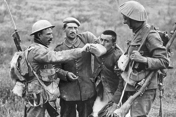 0_British-soldier-giving-wounded-German-prisoner-a-drink-1916.jpg