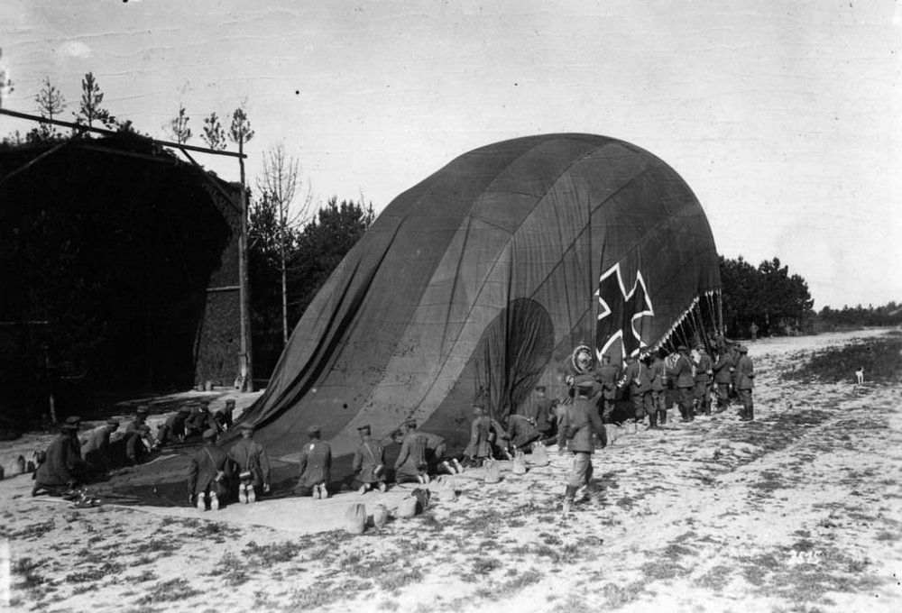Military_Observation_Balloons_WWI_4.jpg