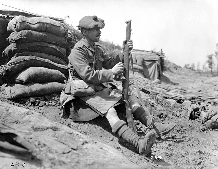 Royal-Highlanders-of-Canada-soldier-cleaning-his-Short-Lee-Enfield-rifle--June--1916---MIKAN-No--3395151.jpg